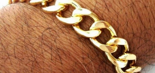 Pria yang memakai gelang emas