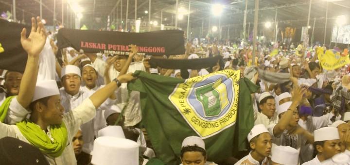 Khusyu': Santri Genggong bersholawat yang dipimpin oleh habib syech
