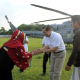 Ning Sus saat menyambut Jendral (Purn)Luhut B. Panjaitan di SGM Kraksaan