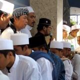 Para santri dan masyarakat bersalaman dengan para pengasuh Pesantren Zainul Hasan Genggong seusai shalat Id