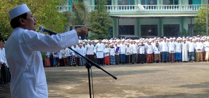 KH. Hasan Mutawakkil Alallah Memimpin Apel Hari Santri Nasional
