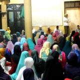 Non Hassan Ahsan Malik sedang memberikan penjelasan tentang pesantren zainul hasan kepada tamu muslimat