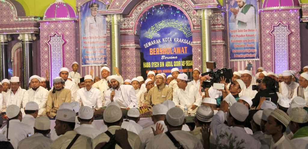 Habib Syech bin Abdul Qodir Assegaf melantunkan sholawat nabi