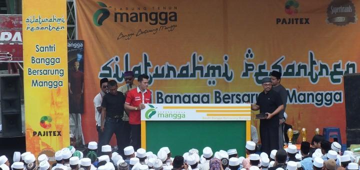 Kenang-kenangan dari sarung mangga berupa papan madding kepada Dr. mohammad haris, M.kes